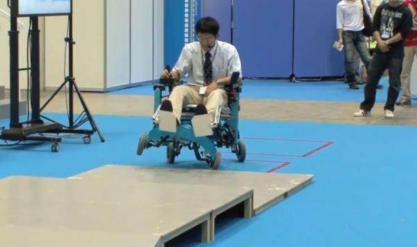 Инвалидная коляска Chiba преодолевает препятствия