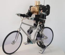 Маленький робот любит кататься на велосипеде
